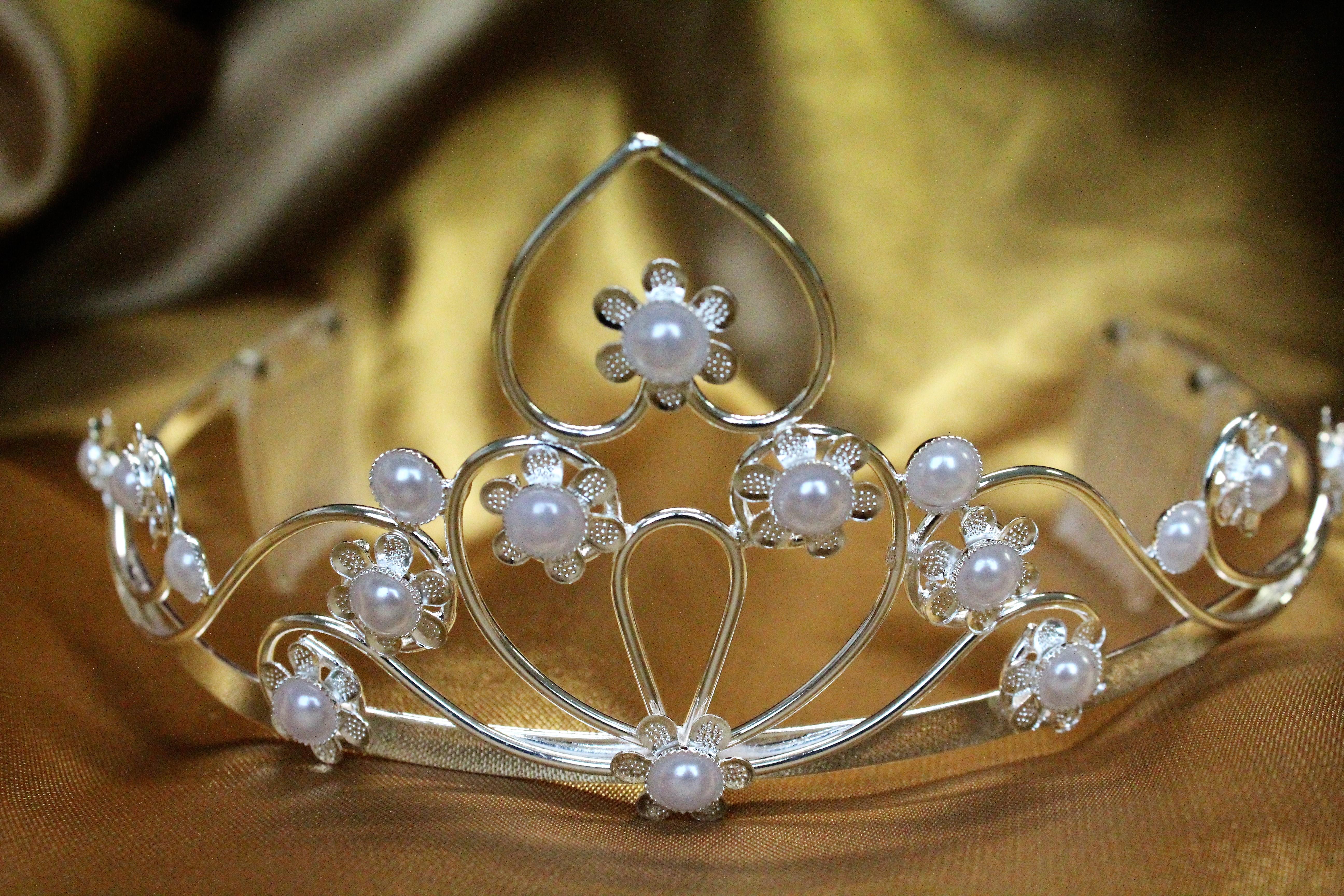luxus strass diadem mit k mmchen perlen silber. Black Bedroom Furniture Sets. Home Design Ideas
